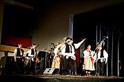 Folklorní soubor Pentla rozproudil svým vzpomínkovým pořadem snázvem Dožínky krev vžilách šesti stovek diváků.