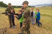 Děti si vyzkouší také střelbu ze vzduchovky.
