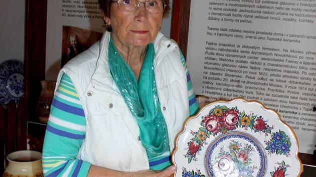 Věra Marková zdobí keramiku tupeským dekorem čtyřicet let.