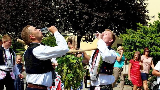 VINAŘSKÝ DEN. Vinný mok přiláká každoročně na Vinařské slavnosti do Polešovic stovky vínomilců a přátel folkloru.