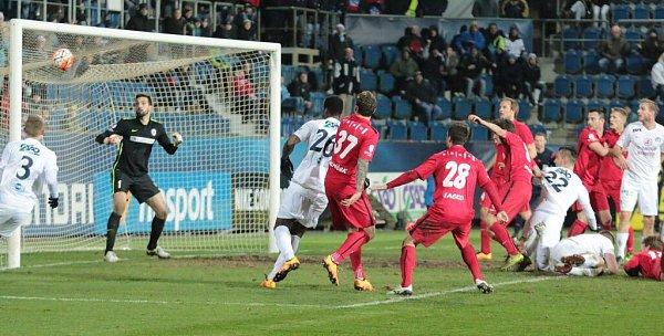 Tomáš Košút (č. 22) právě střílí gól na 2:1. Slovácko vs. Zbrojovka