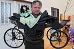 Přítel sběratelky Antonín Kořínek se pochlubil kočárem a panenkou, s nimiž se hrávaly děti šlechty na jednom zámku při západní hranici Česka, a to na počátku minulého století.