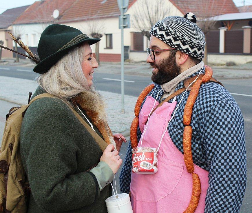 Na fašanku v Dolním Němčí šel v průvodu Ital Giuseppe Mulè se svou partnerkou Markétou Kadlčkovou.