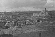 """STAVBA ŠKOLY. Areál ZŠ a ZUŠ letos oslaví 45 let od svého otevření. Vznikal za vydatné pomoci obyvatel vesnice v """"Akci Z"""" v letech 1970 až 1973 a jeho výstavba tehdy přišla na více než 22 milionů korun. Na snímku budování základů školy v roce 1970."""