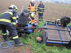 Hasiči vyprošťovali muže, uvízlého pod traktorem