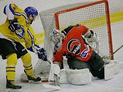 Hokejisté Uherského Brodu (ve žlutém) porazili Boskovice 3:2.
