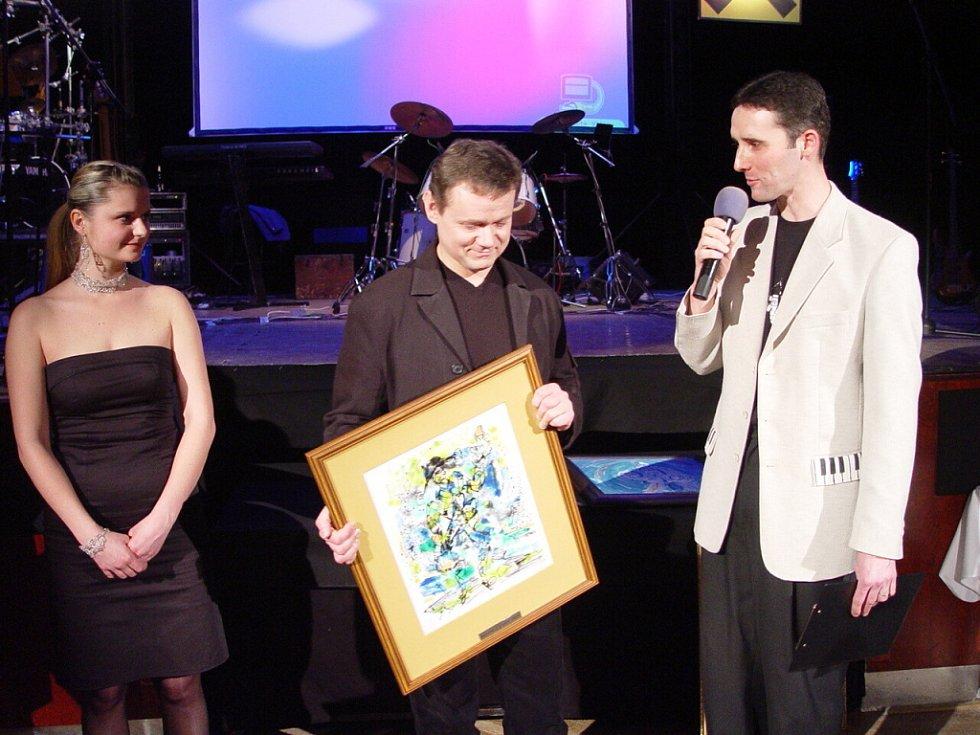 Za rok 2004 získal ocenění za ztvárnění Cyrana Martin Vrtáček (uprostřed). Vlevo autorka obrazů Lenka Jurečková a vpravo moderátor David Vacke.