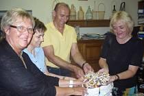 Barevné ozdoby, které převzala ředitelka Chráněné dílny Lidumila Marie Halamíčková (na snímku zcela vlevo) se stanou vhodnými doplňky výrobků klientů hradišťské chráněné dílny Lidumila.