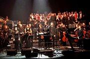 Koncerty Tarji, které zpěvem doprovázel pěvecký sbor Stojanova gymnázia Velehrad, se setkaly u posluchačů svelkým ohlasem.