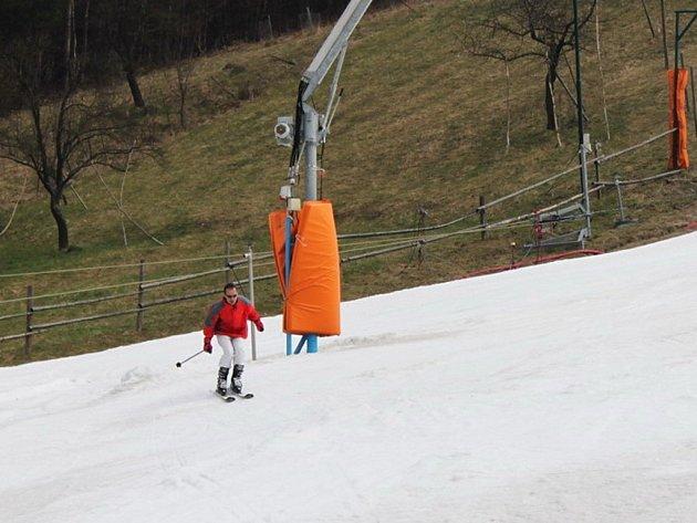 LYŽOVAČKA. Na lyžařském svahu ve Stupavě bylo o víkendu 30 cm technického sněhu. Lyžaři si tu ještě přišli na své.