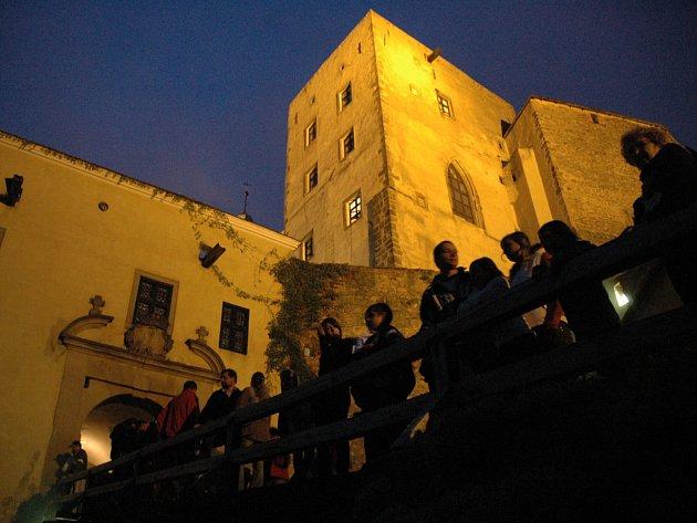 Noční prohlídky na Buchlově provází živé výjevy ze středověku.