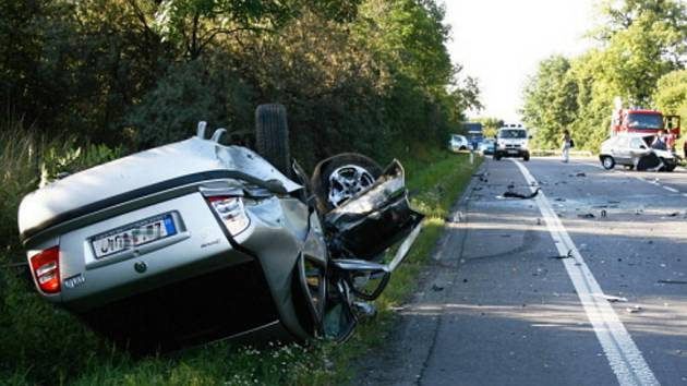 Mladý řidič vjel úmyslně se svým vozem Škoda Felicia (vpravo vzadu) na rovném úseku do protisměru, kde narazil do octavie (vlevo).