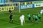 Fotbalisté Slovácka (v bílých dresech) v dohrávce 4. kola přehráli poslední Příbram 5:1.
