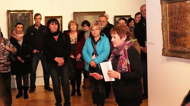 Komentovanou prohlídkou výstavy obrazů Jiřího Heřmana provedla návštěvníky Galerie Slováckého muzea Marie Martykánová.