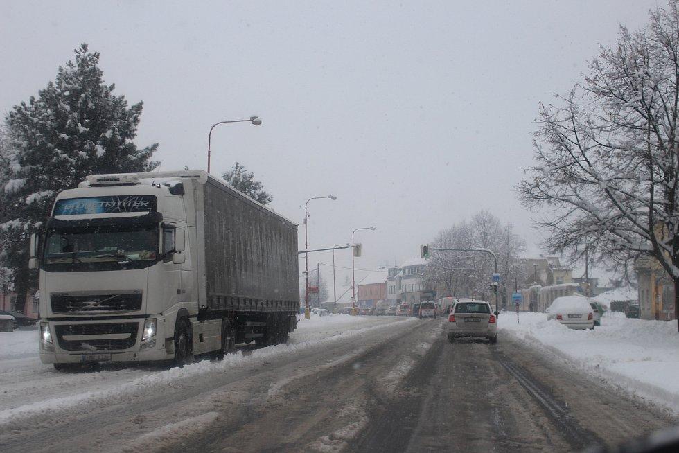 Slovácko v pondělí 28. ledna ráno zasáhla vydatná sněhová nadílka. Po celé ráno komplikovala především dopravu.