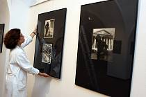Výstava Alexander Hackenschmied ve Slovácké galerii v Uherském Hradišti. Na snímku kurátorka Milada Frolcová.