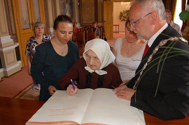KRISTINA LAČŇÁKOVÁ. Jubilantka se spolu se svými potomky zapsala do pamětní knihy na hradišťské radnici.