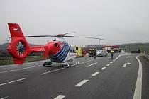 Zásah hasičů i záchranářského vrtulníku si vyžádala srážka mercedesu s traktorem, ke které došlo ve čtvrtek 3. března krátce po 14. hodině na frekventované silnice I/50 nedaleko Bánova.