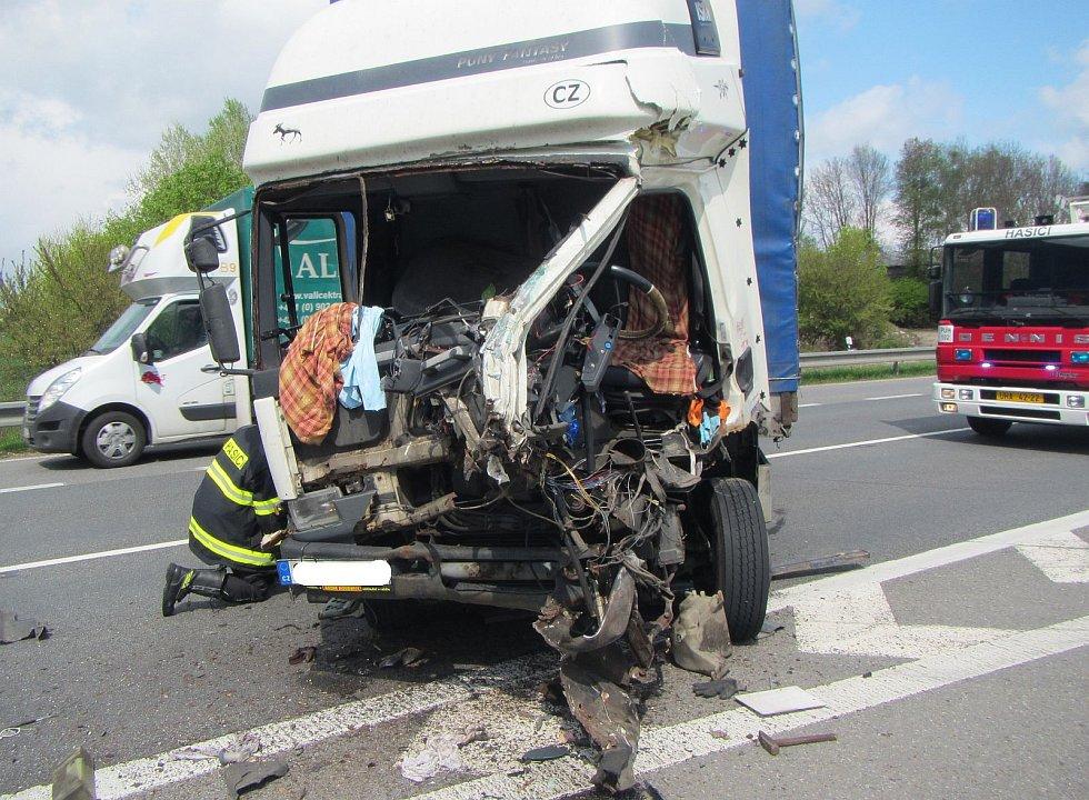 U Zlechova se srazila dvě nákladní auta.