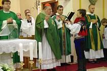 Kardinál Dominik Duka, členové dominikánského řádu, řeholnice a několik stovek věřících si ve Vlčnově připomněli nedožitých sto let od narození rodáka Patrika Františka Kužely, umučeného nacisty 15. února 1942 v koncentračním táboře Osvětim.