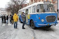 Fašankový autobu vyrazil z Masarykova náměstí v Uh. Hradišti na okružní objížďku Slováckem.