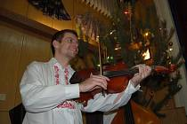 Mikulášskou besedu hráli tradičně Mladí Burčáci.