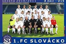 Patnáctiletý brankář 1. FC Slovácko Vít Nemrava (vlevo dole)