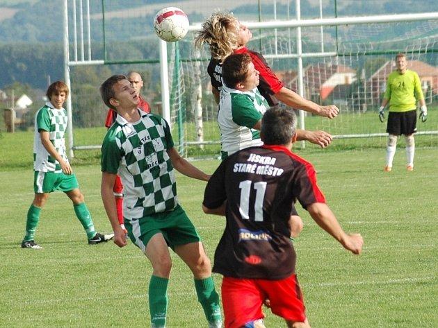 Fotbalisté Kudlovic (v kostkovaném) nenavázali na vítězství v Bánově a před domácími fanoušky odevzdali všechny body Starému Městu.