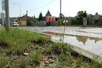 Samovolná havárie vodovodního potrubí způsobila dopravní kolaps na hlavním tahu z Uherského Hradiště na Jarošov.