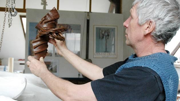 Na začátku sochař Otmar Oliva vyrobil voskovou předlohu.
