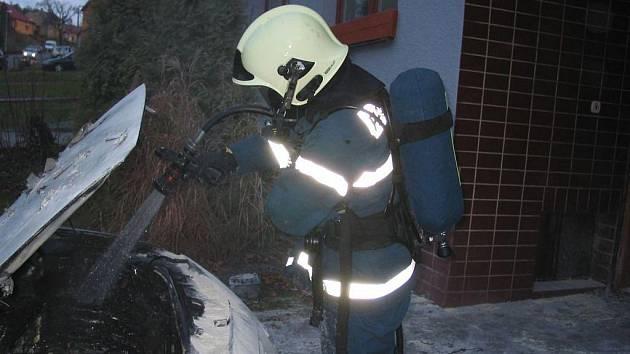 Požár auta likvidovali hasiči v Korytné.
