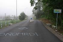 Sprejeři si vzali na mušku tentokrát silnici vedoucí do Vlčnova.