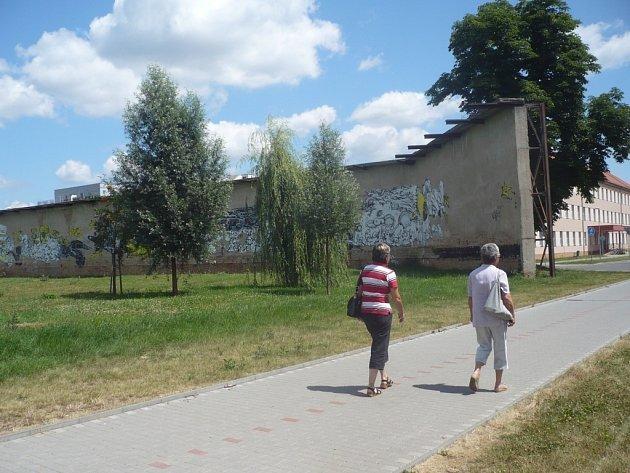 """V blízkém budoucnu se stěna možná změní na jedno z nejzajímavějších míst slovácké metropole. Jeden z těchto návrhů počítá například s potažením stěny """"zrcadlovou"""" folií a vytvořením vodní plochy před ní."""