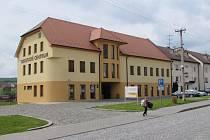 Budova Turistického centra stojící ve středu obce nabízí bohaté prostory pro vystavovatele.