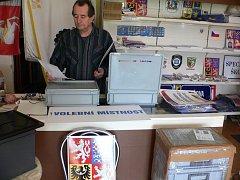 Ludvík Korábečný z Březolup je v těchto dnech v centru zájmu starostů měst a obcí. Vlajkami,státními znaky a dalším technickým materiálem, bez kterých by volby nebylo možné provést, je totiž zásobuje i letos.