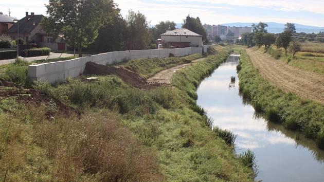 Stavba protipovodňové ochrany u řeky Olšavy v Uherském Brodě