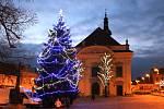 Po celý vánoční čas bude zdobit Masarykovo náměstí v Uherském Brodě vánoční strom i velký vyřezávaný betlém od Jiřího Halouzky.