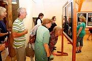 VGalerii na půdě Muzea Podhradí Buchlovice byla vpátečním podvečeru zahájena výstava fotografií Aleše Kropáče nazvaná Smuzikou na cestách.