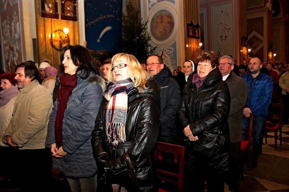 V DUCHU VÁNOC. Velehradskou bazilikou zněly v nedělním podvečeru vánoční písně v podání cimbálové muziky Cifra a pěveckého sboru Viva la musica z hradišťského gymnázia.