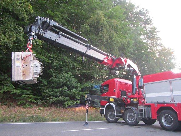 Při jízdě řidiči vypadl z kamionu čtyřtunový náklad