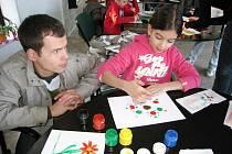 Malování prsty děti lákalo.