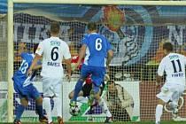 Vojtěch Engelmann (č. 13) vyrovnává po penaltě Baníku