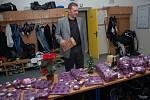 Trenér Slovácka Svatopluk Habanec chystá dárky pro své svěřence i zaměstnance klubu.
