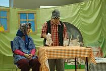 Obyvatelé domova nacvičili pro návštěvníky scénku.