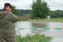 Uherskému Ostrohu i Ostrožské Nové Vsi hrozí nebezpečí od řeky Moravy a jejích přítoku. Místní hasiči a dobrovolníci zkouší zvýšit hráze pytlem