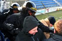 Policisté cvičili na stadionu Slovácka zásah proti fotbalovým chuligánům