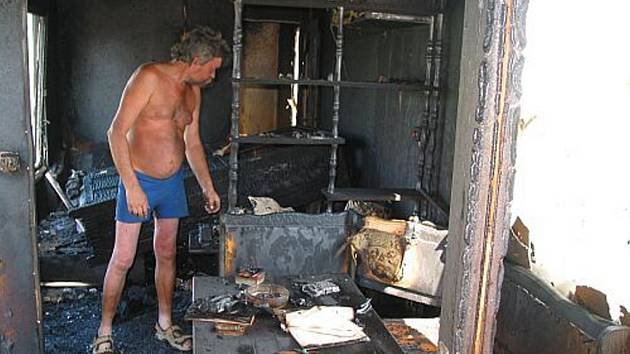 Požár zničil celý interiér a vybavení mobilní obytné buňky.
