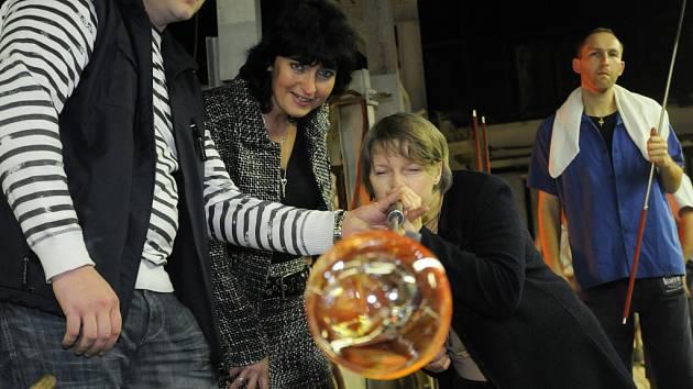 Ve sklárnách Květná uspořádali poznávací program pro manželky a manžele ministrů států Evropské unie, kteří jednají v Luhačovicích.