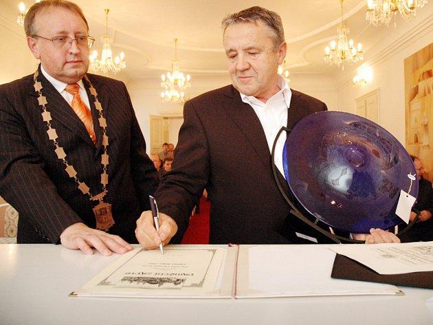 Brodský starosta Ladislav Kryštof (vlevo) předává ocenění Miroslavu Mahdalíkovi z firmy Voma.