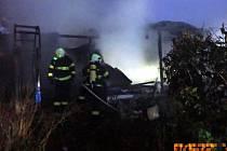 Chatku ve Strání pohltily plameny. Likvidovalo je pět jednotek hasičů